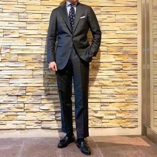 Come indossare e abbinare: abito grigio scuro, camicia elegante a righe verticali bianca, mocassini con nappine in pelle neri, cravatta stampata blu scuro