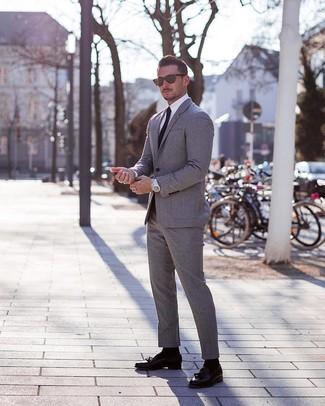 Come indossare e abbinare: abito grigio, camicia elegante bianca, mocassini con nappine in pelle neri, cravatta nera