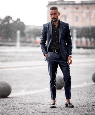 Come indossare e abbinare: abito blu scuro, camicia elegante nera, mocassini con nappine in pelle neri, cintura in pelle nera