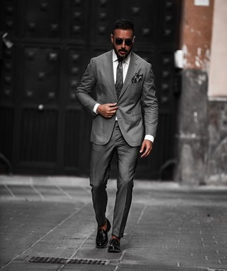 Come indossare e abbinare: abito grigio scuro, camicia elegante bianca, mocassini con nappine in pelle neri, cravatta grigio scuro
