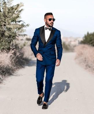 Come indossare e abbinare: abito blu scuro, camicia elegante bianca, mocassini con nappine in pelle neri, papillon nero