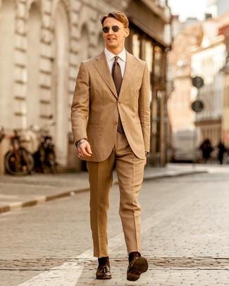 Come indossare e abbinare: abito marrone chiaro, camicia elegante bianca, mocassini con nappine in pelle marrone scuro, cravatta a pois marrone