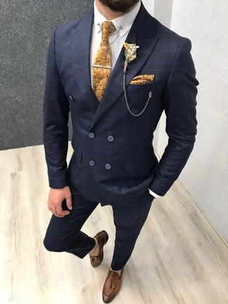 Come indossare e abbinare: abito a quadri blu scuro, camicia elegante bianca, mocassini con nappine in pelle marroni, cravatta a fiori senape