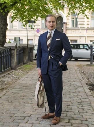 Come indossare e abbinare una cravatta a righe orizzontali marrone: Sfoggia il tuo aspetto migliore con un abito blu scuro e una cravatta a righe orizzontali marrone. Per un look più rilassato, opta per un paio di mocassini con nappine in pelle scamosciata marroni.