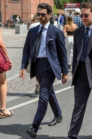 Come indossare e abbinare una cravatta lavorata a maglia nera: Coniuga un abito blu scuro con una cravatta lavorata a maglia nera per una silhouette classica e raffinata Mettiti un paio di mocassini con nappine in pelle neri per un tocco più rilassato.