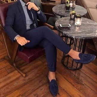 Come indossare e abbinare mocassini con nappine in pelle scamosciata blu scuro: L'abbinamento di un abito blu scuro e una camicia elegante a righe verticali bianca e blu scuro ti donerà un aspetto forte e sicuro. Mocassini con nappine in pelle scamosciata blu scuro sono una valida scelta per completare il look.