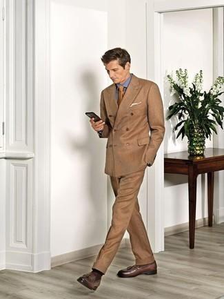 Come indossare e abbinare calzini marrone scuro: Abbina un abito marrone chiaro con calzini marrone scuro per vestirti casual. Scegli uno stile classico per le calzature e indossa un paio di mocassini con nappine in pelle marroni.