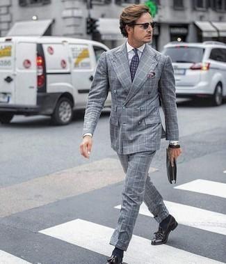 Trend da uomo 2020 in modo formale: Prova ad abbinare un abito a quadri grigio con una camicia elegante bianca come un vero gentiluomo. Completa questo look con un paio di mocassini con nappine in pelle melanzana scuro.
