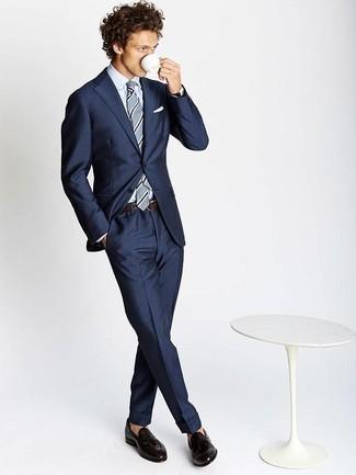 Come indossare e abbinare mocassini con nappine in pelle marrone scuro: Indossa un abito blu scuro con una camicia elegante bianca per essere sofisticato e di classe. Scegli un paio di mocassini con nappine in pelle marrone scuro come calzature per un tocco più rilassato.