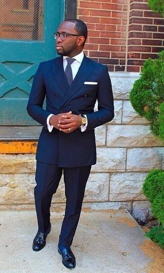 Come indossare e abbinare mocassini con nappine in pelle neri: Opta per un abito blu scuro e una camicia elegante bianca per essere sofisticato e di classe. Aggiungi un tocco fantasioso indossando un paio di mocassini con nappine in pelle neri.