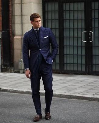 Come indossare e abbinare una cravatta blu scuro: Abbina un abito a righe verticali blu scuro con una cravatta blu scuro come un vero gentiluomo. Se non vuoi essere troppo formale, scegli un paio di mocassini con nappine in pelle marrone scuro.