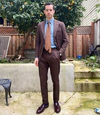 Trend da uomo 2020 in modo formale: Scegli un outfit composto da un abito marrone e una camicia elegante azzurra per essere sofisticato e di classe. Prova con un paio di mocassini con nappine in pelle bordeaux per avere un aspetto più rilassato.