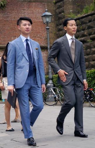 Trend da uomo 2020: Potresti indossare una camicia elegante azzurra per un look elegante e di classe. Un paio di mocassini con nappine in pelle neri si abbina alla perfezione a una grande varietà di outfit.