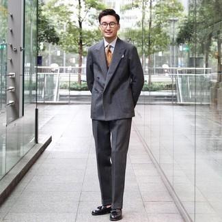 Trend da uomo 2020: Scegli un outfit composto da un abito di lana a quadri grigio scuro e una camicia elegante bianca per essere sofisticato e di classe. Mocassini con nappine in pelle neri sono una validissima scelta per completare il look.