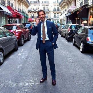 Come indossare e abbinare: abito a righe verticali blu scuro, camicia elegante bianca, mocassini eleganti in pelle marrone scuro, cravatta lavorata a maglia marrone