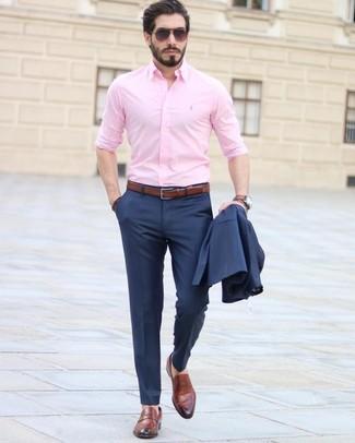 Come indossare e abbinare: abito blu scuro, camicia elegante rosa, mocassini eleganti in pelle marroni, cintura in pelle marrone
