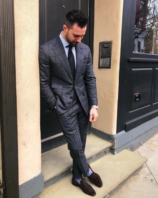 Come indossare e abbinare: abito a quadri grigio scuro, camicia elegante a righe verticali azzurra, mocassini eleganti in pelle scamosciata marrone scuro, cravatta nera
