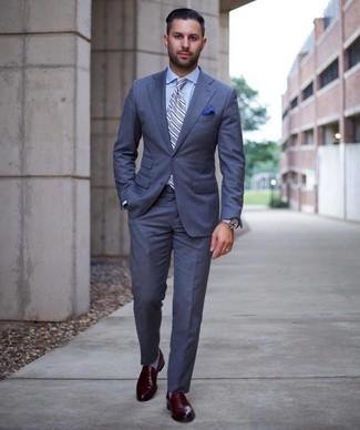 Come indossare e abbinare: abito blu, camicia elegante azzurra, mocassini eleganti in pelle bordeaux, cravatta a righe verticali azzurra