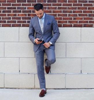 Come indossare e abbinare: abito blu, camicia elegante azzurra, mocassini eleganti in pelle marroni, cravatta a righe verticali azzurra