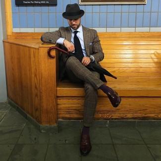Come indossare e abbinare: abito di lana scozzese marrone, camicia elegante azzurra, mocassini eleganti in pelle marrone scuro, borsalino di lana grigio scuro