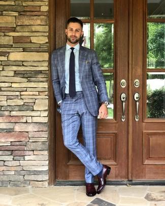 Come indossare e abbinare: abito scozzese azzurro, camicia elegante azzurra, mocassini eleganti in pelle bordeaux, cravatta a pois blu scuro e bianca