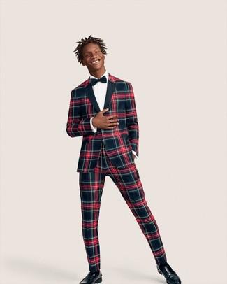 Come indossare e abbinare: abito scozzese blu scuro e rosso, camicia elegante bianca, mocassini eleganti in pelle neri, papillon blu scuro