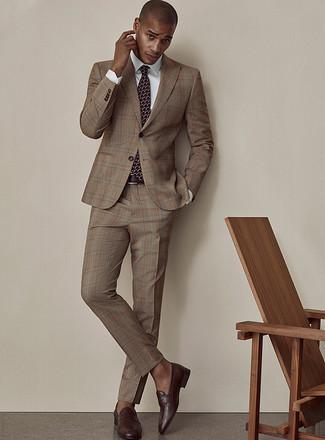 Come indossare e abbinare mocassini eleganti in pelle marrone scuro: Metti un abito scozzese marrone e una camicia elegante bianca come un vero gentiluomo. Mocassini eleganti in pelle marrone scuro sono una buona scelta per completare il look.