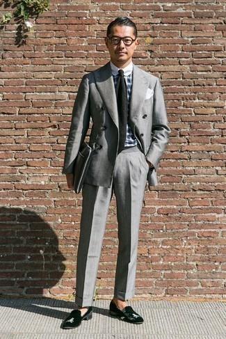 Come indossare e abbinare una cravatta lavorata a maglia nera: Prova a combinare un abito grigio con una cravatta lavorata a maglia nera per essere sofisticato e di classe. Mocassini eleganti di velluto neri danno un tocco informale al tuo abbigliamento.