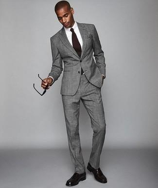 Trend da uomo 2020: Vestiti con un abito scozzese grigio e una camicia elegante bianca come un vero gentiluomo. Un paio di mocassini eleganti in pelle melanzana scuro si abbina alla perfezione a una grande varietà di outfit.