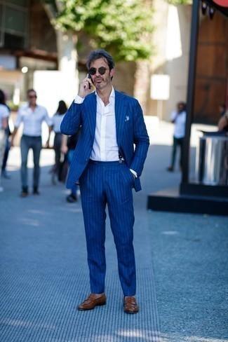 Come indossare e abbinare bretelle blu scuro: Vestiti con un abito a righe verticali blu e bretelle blu scuro per un outfit comodo ma studiato con cura. Opta per un paio di mocassini eleganti in pelle marroni per un tocco virile.