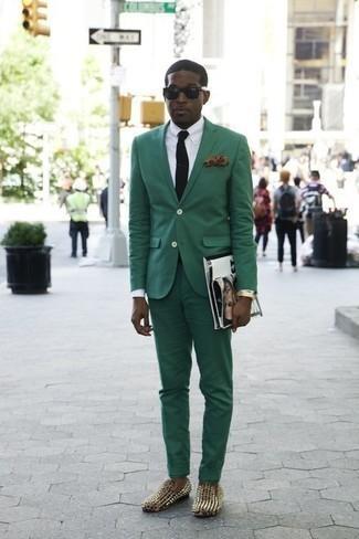Come indossare e abbinare una cravatta nera: Metti un abito verde scuro e una cravatta nera per un look elegante e alla moda. Se non vuoi essere troppo formale, mettiti un paio di mocassini eleganti in pelle con borchie neri.