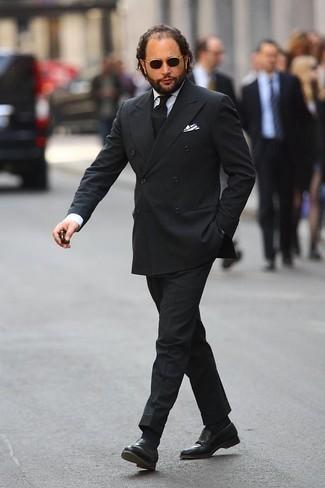 Come indossare e abbinare una cravatta nera: Abbina un abito nero con una cravatta nera per un look elegante e di classe. Mocassini eleganti in pelle neri danno un tocco informale al tuo abbigliamento.