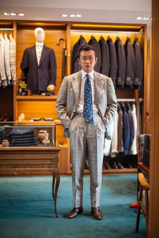 Trend da uomo 2020: Combina un abito scozzese grigio con una camicia elegante bianca per un look elegante e di classe. Mocassini eleganti in pelle marroni sono una validissima scelta per completare il look.