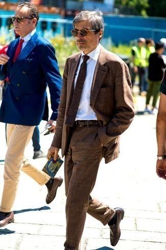 Trend da uomo 2020: Prova ad abbinare un abito marrone con una camicia elegante bianca per una silhouette classica e raffinata Per distinguerti dagli altri, prova con un paio di mocassini eleganti in pelle marrone scuro.