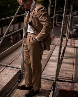 Trend da uomo 2021: Prova a combinare un abito marrone con una camicia elegante bianca per un look elegante e alla moda. Mocassini eleganti in pelle scamosciata marrone scuro aggiungono un tocco particolare a un look altrimenti classico.