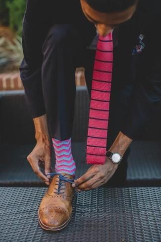 Come indossare e abbinare: abito nero, camicia elegante azzurra, scarpe brogue in pelle marroni, cravatta lavorata a maglia fucsia
