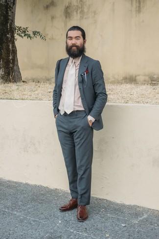 Look alla moda per uomo: Abito grigio scuro, Camicia elegante beige, Scarpe brogue in pelle marroni, Cravatta beige