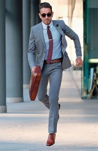 Come indossare e abbinare una cravatta a righe orizzontali rossa: Metti un abito grigio e una cravatta a righe orizzontali rossa per un look elegante e di classe. Non vuoi calcare troppo la mano con le scarpe? Scegli un paio di scarpe brogue in pelle terracotta come calzature per la giornata.