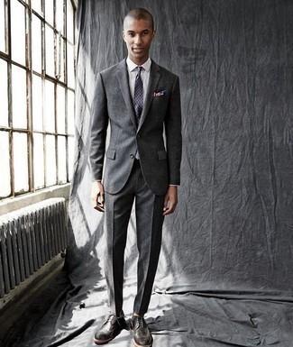 Trend da uomo 2020: Prova ad abbinare un abito grigio scuro con una camicia elegante bianca per un look elegante e alla moda. Per un look più rilassato, mettiti un paio di scarpe brogue in pelle grigio scuro.