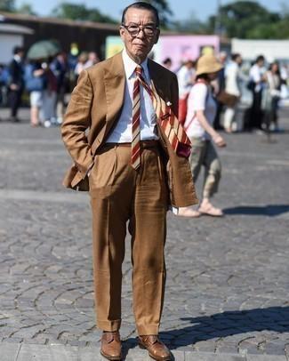 Moda uomo anni 60: Potresti abbinare un abito marrone con una camicia elegante bianca come un vero gentiluomo. Non vuoi calcare troppo la mano con le scarpe? Scegli un paio di scarpe brogue in pelle marroni come calzature per la giornata.