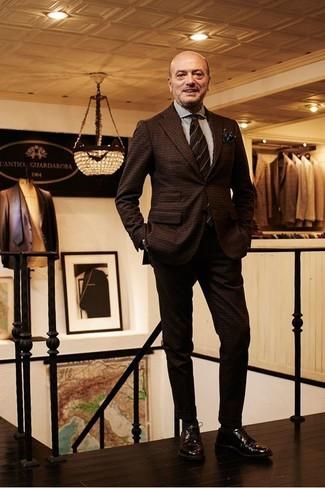 Come indossare e abbinare: abito di lana a quadri marrone scuro, camicia elegante a righe verticali bianca, scarpe derby in pelle marrone scuro, cravatta a righe orizzontali marrone scuro