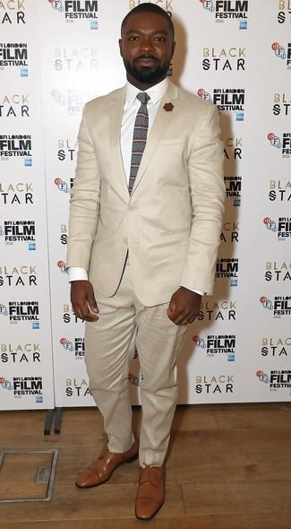 Come indossare e abbinare: abito beige, camicia elegante bianca, scarpe derby in pelle marrone chiaro, cravatta a righe orizzontali marrone