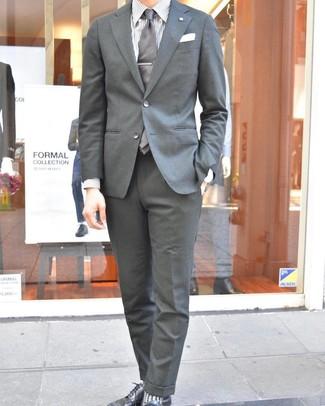 Come indossare e abbinare: abito grigio, camicia elegante a righe verticali bianca, scarpe derby in pelle nere, cravatta grigia