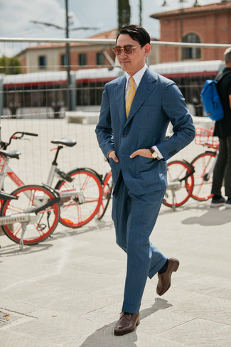 Come indossare e abbinare: abito a righe verticali grigio scuro, camicia elegante bianca, scarpe derby in pelle marroni, cravatta stampata gialla