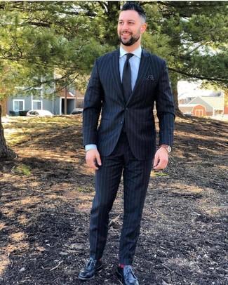 Come indossare e abbinare: abito a righe verticali nero, camicia elegante azzurra, scarpe derby in pelle nere, cravatta nera