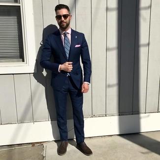 Come indossare e abbinare: abito blu scuro, camicia elegante rosa, scarpe derby in pelle scamosciata marrone scuro, cravatta a righe verticali blu