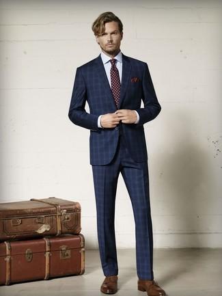 Come indossare e abbinare: abito scozzese blu scuro, camicia elegante a quadri bianca, scarpe derby in pelle marroni, cravatta stampata bordeaux