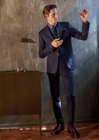 Come indossare e abbinare: abito blu scuro, camicia elegante a quadretti blu scuro, scarpe derby in pelle bordeaux, cravatta stampata blu scuro