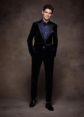 Come indossare e abbinare: abito di velluto blu scuro, camicia elegante blu scuro, scarpe derby in pelle nere, papillon nero