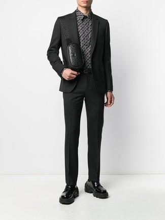 Come indossare e abbinare: abito nero, camicia elegante stampata nera e bianca, scarpe derby in pelle pesanti nere, marsupio in pelle nero